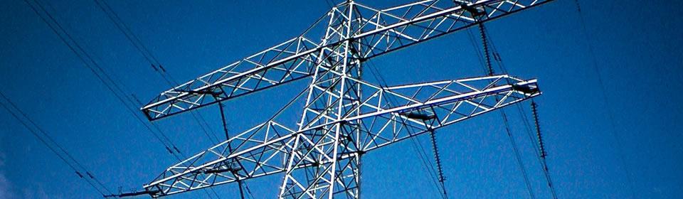 elektriciteitspaal met blauwe lucht